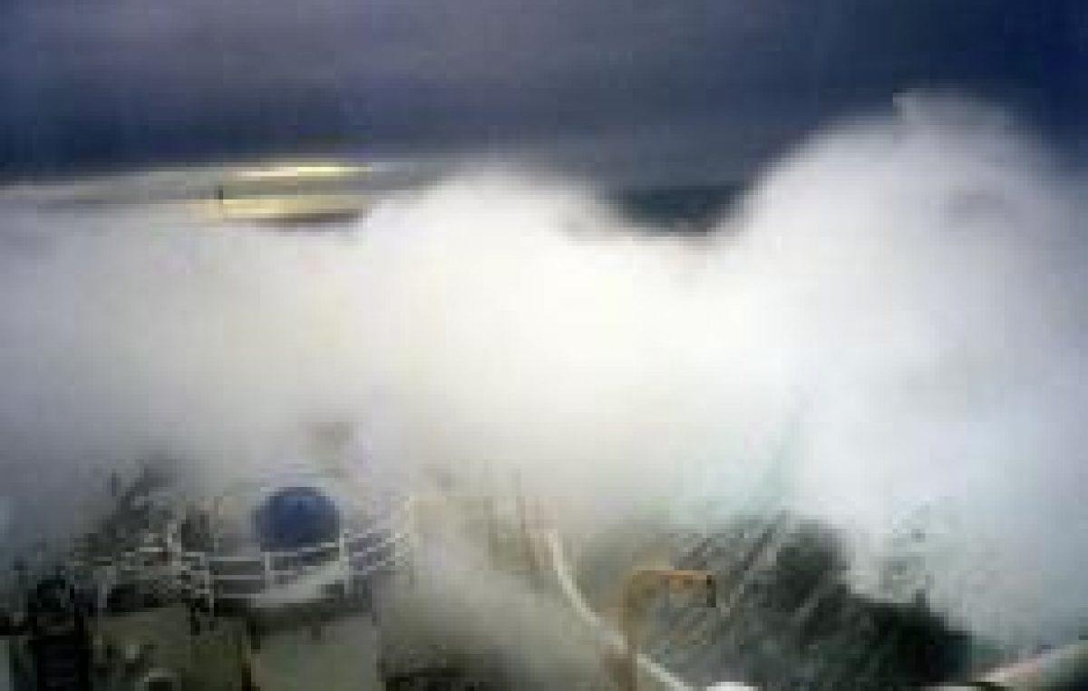 Μάχη με τα κύματα για την διάσωση θαλαμηγού