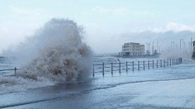 Θεαματικά κύματα στην Μεγάλη Βρετανία