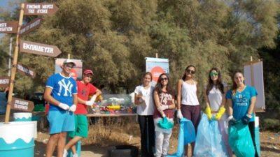 HELMEPA: Εθελοντές καθαρίζουν τα απορρίμματα που κάποιοι «ξέχασαν» πίσω τους στις παραλίες