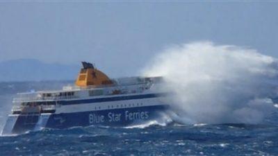 Το Blue Star Paros χάνεται μέσα στα κύματα στο στενό Μυκόνου-Τήνου