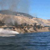 Απίστευτο βίντεο δείχνει πώς ένα οδηγός σκάφους σβήνει φωτιά στη στεριά